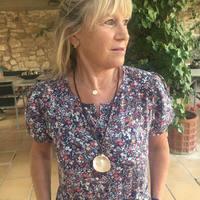 Yourjoy_jewelry | The summer is still here 🐠🌞Seashell necklace for the evenings summer. Gracias 💙nos encanta ver fotos con nuestras joyas! . . . #jewels #joyas #plata #silver #design #caracolesdemar #seashells #joyasartesanales #joyaspersonalizadas #joyasunicas #gold #pearl #perlasnaturales